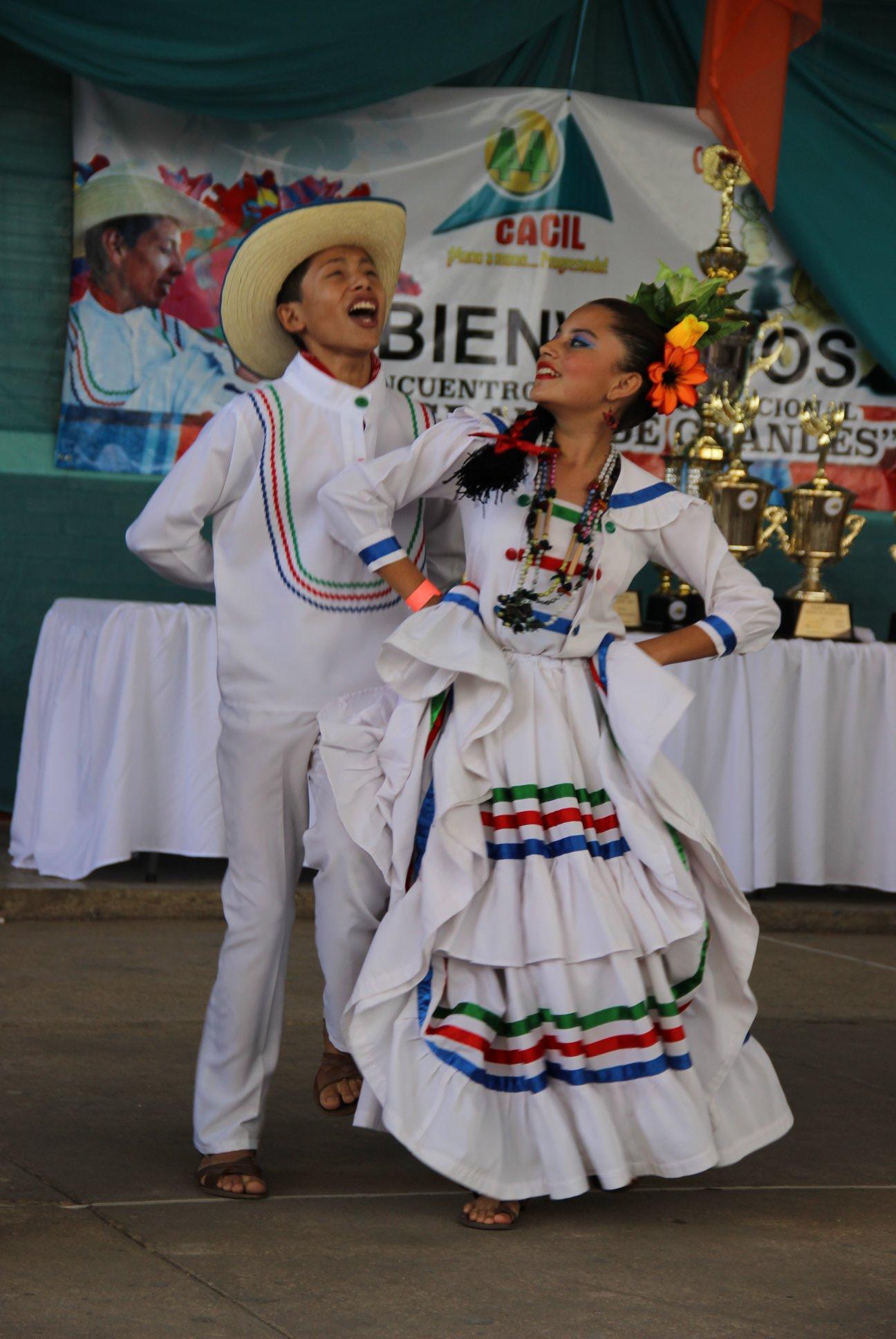 Bailarines del Instituto Rafael Pineda Ponce bailan El Cascareño (El Grande de Grandes 2014)
