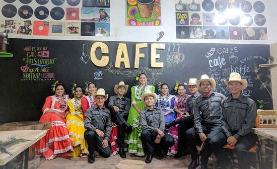 Integrantes de Oro Lenca le dan la bienvenida desde Coffee Shop Cantarranas